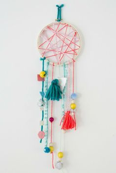 DIY Dream Catcher (via http://jenloveskev.com/2014/05/20/crafts-kids-dream-catchers/)