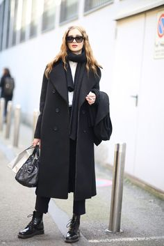 Discussing celebrity & model bodies, weight, diet tips & tricks, and fashion. Model Street Style, Street Style Women, Dr Martens Style, Mode Ootd, All Black Looks, Female Models, Women Models, Winter Mode, Streetwear Fashion