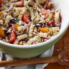 Une sauce tomate à l'aneth sans cuisson aromatise ces pâtes à la méditerranéenne à servir en plat principal ou en guise d'accompagnement du poulet rôti.