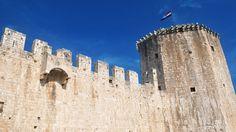 Trogir, o bijuterie a coastei dalmate - galerie foto.  Vezi mai multe poze pe www.ghiduri-turistice.info Mai, Mount Rushmore, Mountains, Nature, Travel, Pictures, Croatia, Naturaleza, Viajes