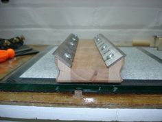 Easy jig for sharpening jointer and planer blades