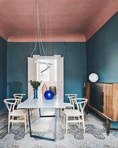 pink ceiling and blue walls for this modern dining I Décor Aid Pink Ceiling, Coloured Ceiling, Ceiling Color, Design Apartment, Milan Apartment, Terrazzo Flooring, Interior Paint Colors, Pastel Interior, Interior Painting