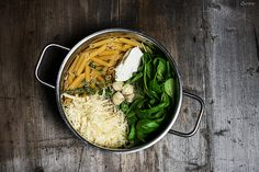 Rezepte für eine vegetarische One Pot Pasta mit Spinat & Käse. Alle Zutaten in einen Topf, kochen & genießen.