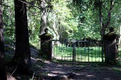 Pitkäniemen sairaalan kupeessa sijaitsee pieni, mutta varsin omaleimainen kalmisto; Pitkäniemen mielisairaalan hautausmaa #nokia #finland