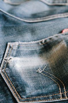Levi's jeans is a very popular wordwide product, that orinially started as an american clothing. These jeans have a long history, they were created way back in 1853 and are still going strong today. Rugged Style, Raw Denim, Blue Denim, Textiles, Levi Strauss, Denim Fashion, Curvy Fashion, Street Fashion, Fall Fashion