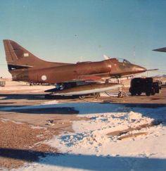 """A4B (C-240) piloteado por el Tte Mario """"Arpòn"""" Roca, armado con tres bombas Expal BRP 250; integrante de la escuadrilla """"Chispa"""" con la misiòn de bombardear el cuartel del Gral Jeremy Moore (13 Jun 1982) (Colecciòn Museo Nacional de Malvinas) Delta Wing, Douglas Aircraft, Falklands War, United States Navy, History Books, Military History, Military Aircraft, Air Force, Fighter Jets"""