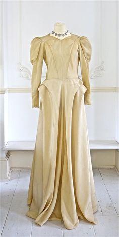 Elsa Schiaparelli Wedding Dress Circa 1944 by PenniesLondon Elsa Schiaparelli, 1940s Fashion, Timeless Fashion, Vintage Fashion, Vintage Couture, Vintage Dresses, Nice Dresses, Vintage Outfits, Amazing Dresses