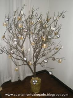Cris Organizer: A ÁRVORE DE NATAL Unusual Christmas Trees, Holiday Tree, Christmas Presents, Christmas Crafts, Holiday Decor, Bunting, African Christmas, Branch Decor, Xmas Decorations