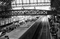 Por Mariana C. Behrend- Com o ângulo utilizado para a fotografia, podemos ver a estrutura antiga da Estação da Luz, contrastando com os movimentos dos trens modernos e das pessoas esperando ou indo embora.