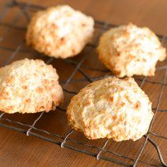 卵とバター、型もなし!ざっくり混ぜてオーブンへ。料理家の熊崎朋子さんに、新年のレパートリーに加えたい特別な道具や発酵がいらない、パンのレシピを教わっています。本日はココナッツの甘い匂いが食欲を誘う、バ