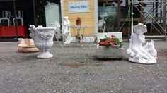 Statue,tavolino in ferro,sedie in ferro da esterno.LA CASA SHABBY CHIC