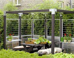 4af4ead461080 Kombiner de to hegns typer fra PLUS og gør det muligt for grøne planter at  vokse op og danne hegn rundt om terrassen