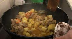 Χοιρινό με πατάτες και μυρωδικά στην κατσαρόλα. Λουκούμι! Mashed Potatoes, Meat, Chicken, Ethnic Recipes, Food, Whipped Potatoes, Smash Potatoes, Essen, Meals