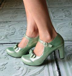 Chie Mihara shoes, sandals, blocs and boots. Buy now original, feminine footwear. Designer shoes of maximum comfort! Pretty Shoes, Beautiful Shoes, Cute Shoes, Me Too Shoes, Sock Shoes, Shoe Boots, Shoes Sandals, Shoe Show, Vintage Shoes