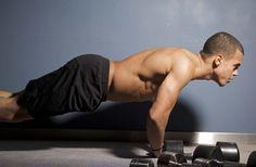 De nombreux hommes militent pour la musculation sans matériel. Dans ce cas, on opte généralement pour des exercices de muscu à poids de corps.