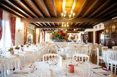 salle de réception en orange & fuschia