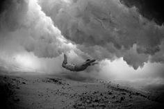 Mark Tipple é um fotografo australiano que anda há anos a fazer fotografiassubaquáticasde pessoas a passarem por baixo das ondas... Verdad...