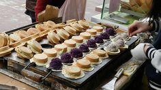 wheel cakes, Taiwanese street food Chinese Street Food, Asian Street Food, Chinese Food, Japanese Food, My Favorite Food, Favorite Recipes, Wheel Cake, Banana Cheesecake, Taiwanese Cuisine