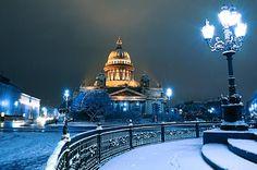 Исаакиевский собор зимой в синем свете