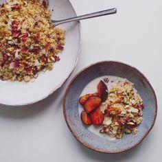 breakfast couscous with roasted plums Vegan Recipes Easy Cheap, Vegan Recipes Videos, Vegan Dessert Recipes, Breakfast Recipes, Tofu Dessert, Couscous Dishes, Gluten Free Banana Bread, Food Videos, Crockpot Recipes