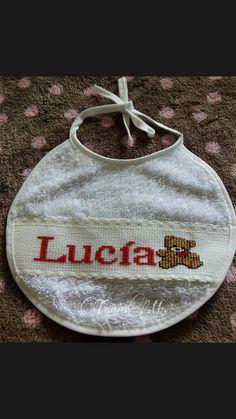 """Babero nombre """"Lucía"""" con osito"""