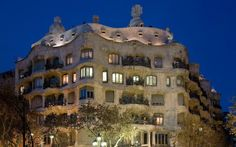 Not sure what to eat in Barcelona? Presented here are 10 staple Barcelona foods missing which would be a gastronomical crime! Barcelona Hotels, Barcelona Spain, Houses In Poland, La Pedrera, Famous Architecture, Unusual Buildings, Antoni Gaudi, Belle Villa, Travel Abroad
