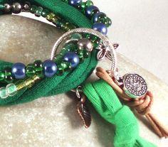 Ein Set aus drei unterschiedlichen Armbändern, entworfen und hergestellt für die Aktion Kunstraub Nr. 7.  Leder und Stoff, Grüntöne und Blätter, ...