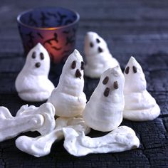 Meringue ghosts are a scary, sweet treat. Why not bake a chocolate tart for Halloween and decorate it with scary meringue ghosts? Holidays Halloween, Halloween Party, Halloween Ideas, Meringue, Melting Chocolate, Yummy Food, Mad, Inspiration, Food Ideas