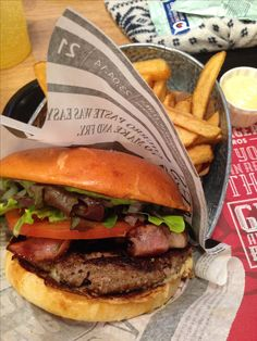 Liebding - Bester Burger in Wien, Burger Bros Burger Bros, Beste Burger, Hamburger, Shops, Ethnic Recipes, Food, Platform, Tents, Hamburgers