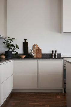 Nordic Kitchen - Nordic Kitchen - Light gray in frame minimalist kitchen with a . - Nordic Kitchen – Nordic Kitchen – Light gray in frame minimalist kitchen with a limestone count - Nordic Kitchen, Scandinavian Kitchen, New Kitchen, Kitchen Dining, Kitchen Decor, Scandinavian Design, Condo Kitchen, Kitchen Hair, Kitchen Island