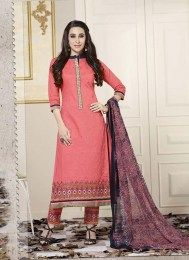 Be the dazzling diva clad in this Karishma Kapoor pink cotton designer suit with exquisite designs and patterns. The patch border and embroidered work on attire personifies the entire appearance. Comes with matching bottom and dupatta. Readymade Salwar Kameez, Ladies Salwar Kameez, Cotton Salwar Kameez, Salwar Kameez Online Shopping, Salwar Suits Online, Designer Suits Online, Designer Salwar Suits, Casual Suit, Latest Sarees