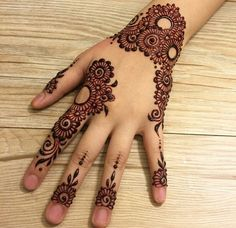 Mehndi henna designs are searchable by Pakistani women and girls. Women, girls and also kids apply henna on their hands, feet and also on neck to look more gorgeous and traditional Finger Henna Designs, Simple Arabic Mehndi Designs, Mehndi Designs 2018, Mehndi Designs For Girls, Modern Mehndi Designs, Mehndi Designs For Fingers, Mehndi Design Pictures, Bridal Mehndi Designs, Henna Tattoo Designs