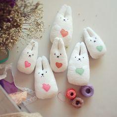 Miniconejitos. Hechos con materiales respetuosos con el medio ambiente por LellecoShop #smallbunnies #bunny #conejito #blanco #white #babysafe #parabebé #handmade #ecofriendly