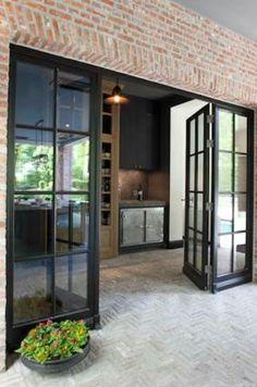 Openslaande deuren, doorlopende tegelvloer, stoere materialen en kleuren ❤️