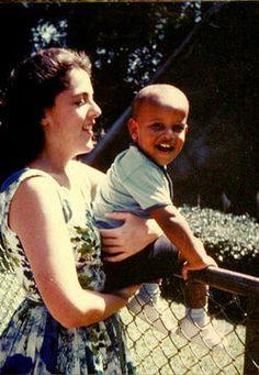 Barack Obama, enfant, dans les bras de sa mère Ann Dunham.  ©  Photo courtesy of Barack Obama for America