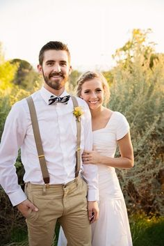 Country Weddings - Rustic groom attire become more and more popular. Waistcoats, suspenders, caps and jeans all combine to achieve rustic groom attire. Vintage Groomsmen Attire, Casual Groom Attire, Groomsmen Outfits, Groom Outfit, Groomsmen Suspenders, Mens Casual Wedding Attire, Fall Groomsmen, Beach Wedding Groomsmen Attire, Groom Attire Rustic