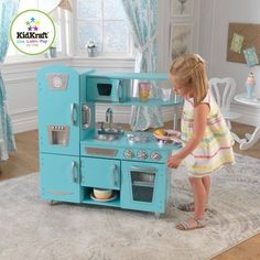 Young chefs are sure to love cooking up fun with our adorable KidKraft Blue Vintage Play Kitchen! This vintage-style play kitchen has doors that open and close, knobs that click and turn and plenty of convenient storage space. Wooden Play Kitchen, Play Kitchen Sets, Play Kitchens, Brenda Garcia, Kidkraft Vintage Kitchen, Just In Case, Just For You, Ideias Diy, Baby Love