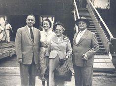 Casal Halliwell com amigos.