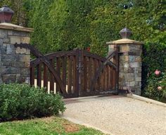 Driveway Gates Traditional Rustic Wood With Stone Pillars Wooden Garden Gate, Wooden Gates, Front Gates, Entrance Gates, Driveway Entrance Landscaping, Tor Design, Farm Entrance, Entrance Ideas, Stone Driveway