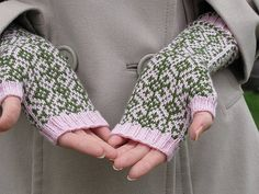 Vanamo - From Finland (but with English translation) these lovely fingerless gloves - free by Lilia Mankki
