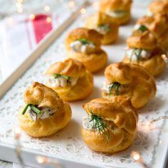 Tuulihatut ovat klassisia juhlaleivonnaisia, jotka voi tehdä niin makeana kuin suolaisena versiona. Tässä tuulihatut on täytetty lohi- ja porotäytteellä. Crawfish Party, Baking Recipes, Healthy Recipes, Sandwich Cake, Antipasto, Party Snacks, No Bake Cake, Afternoon Tea, Appetizer Recipes