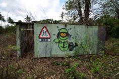 Peinture sur tôle en ruine, derrière la plage de M'Zouazia Peinture sur mur en ruine, dans le centre de hellville, à Nosy-bé, Madagascar L'analogie des dessins est étonnante ? Qui en est l'auteur ? Je pense que c'est : des gouzous de Jace ! Qui dit mieux...