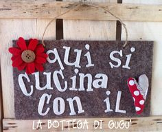 """Cucito creativo de La Bottega di Gugù - Targa fuoriporta di feltro con scritta """"Qui si cucina con il cuore"""""""