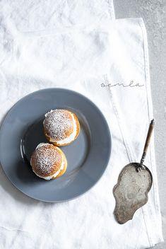Mon Petit Bistro: Semla w szwedzkim, słodkie, komfort jedzenie. Sweet Buns, What's For Breakfast, Fika, Doughnuts, Sweet Treats, Ethnic Recipes, Desserts, Ethnic Food, Food Photography