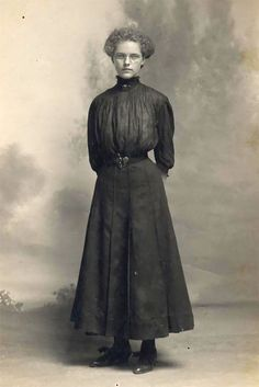 One of the primary changes of the Edwardian Era included the change in clothes of the women. A typical Edwardian Woman was very fashion conscious and this era… Edwardian Era Fashion, Edwardian Clothing, Historical Clothing, Edwardian Style, Victorian Era, Vintage Outfits, Vintage Fashion, Vintage Beauty, Curvy Hips