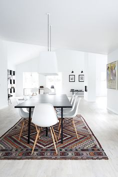 The concept of contemporary minimalist dining room is to keep every little thing straightforward and very easy on the eyes. Choose basic, neutral or contrasting colors like this layout. Dining Room Design, Dining Area, Dining Table, Minimalist Dining Room, Modern Minimalist, Appartement Design, Kitchen Dinning, Interior Design Tips, Interiores Design