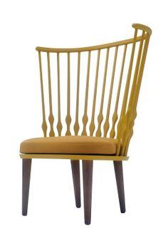 Nub Chair Designet af Patricia Urquiola for Andreu World. Fornemmer man en lille hilsen til Hans J. Wegners Påfuglestol bag det gode spanske snedkerhåndværk?