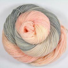 """Handgesponnen & -gefärbt - Merinosockenwolle """"Pastellgrau-rose"""" - ein Designerstück von Farbenpracht-Garne bei DaWanda"""