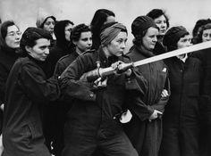 """1942, entrenando en la escuela de bomberos del """"Museo Imperial de la Guerra""""."""