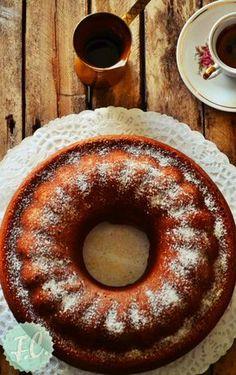 Ξεφυλλίζοντας έναν παλιό, πολύ παλιό βιβλίο μαγειρικής με συνταγές του μοναδικού Νίκου Τσελεμεντέ, ανακάλυψα το κέικ Σαλονίκ ή απλά κέικ κανέλας! Greek Sweets, Greek Desserts, Greek Recipes, Desert Recipes, Cake Frosting Recipe, Frosting Recipes, Cake Recipes, Cooking Cake, Cooking Recipes